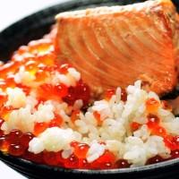 焼き鮭とイクラの醤油漬けでどんぶり